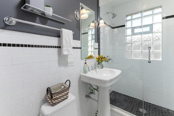 Bathroom 3rd Floor Guest Suite Roscoe Village Inn Vacation Rental in Chicago